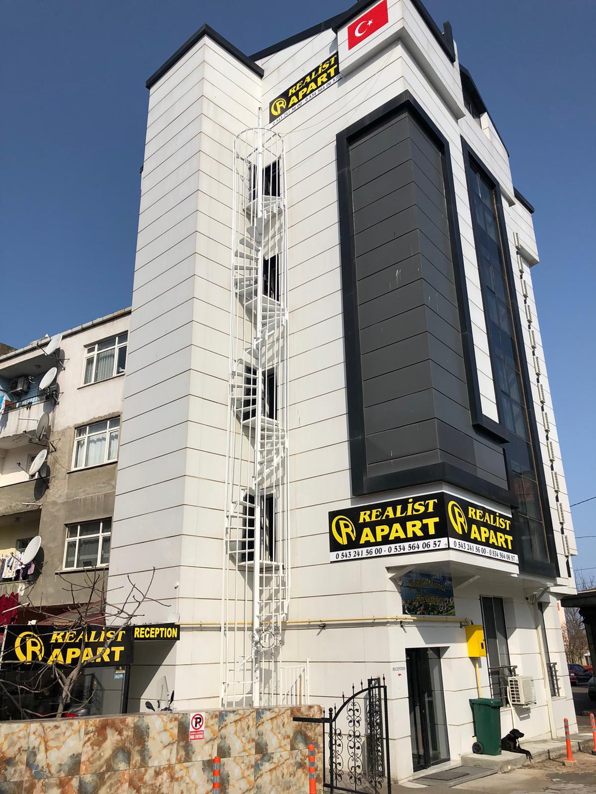 <p>Firmamız hakkında bilgi veren hakkımızda sayfasına hoşgeldiniz. Sinop'ta günlük kiralık ev tutmak zor olmakla beraber masraflıdır. Bunların yanı sıra kurs, öğrenim ve kısa süre konaklamalar için günlük kiralık daire bulmak zor olmakla beraber otellerde çok pahalıdır. Sinop'ta pansiyon ve günlük kiralık daire denilince ilk akla gelen Realist Pansiyon Sinop Merkez'de hizmetini sürdürmektedir. Bütçeye ve kişi sayısına göre oda çeşitleri sunan firmamız deniz panzaralı pansiyon ve apart odaları ile hizmet vermektedir. Ayrıca Google gibi birçok platformdan hakkında kötü yorumlara en az yer verilen firma olma başarısını taşımaktadır.</p> <p></p>